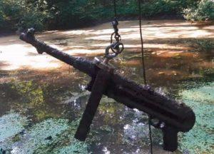 Magnet fishing - zbraň nájdená lovcom pokladov