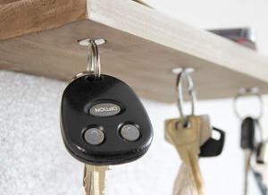 kľúče visiace na magnetoch v poličke