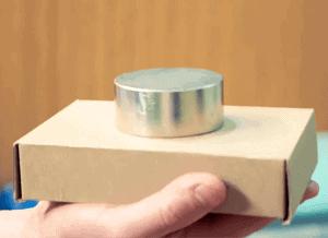 Veľký neodýmový magnet na krabici