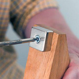 Magnet s dierou pre skrutku