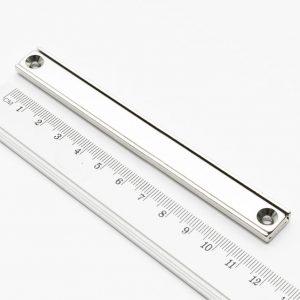 Magnet v   puzdre s dierami pre skrutky 120x13,5x5 mm