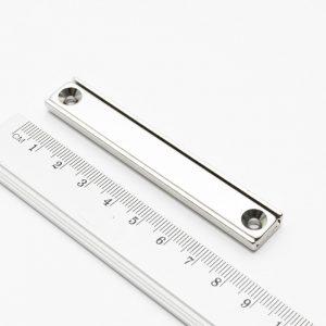 Magnet v   puzdre s dierami pre skrutky 80x13,5x5 mm