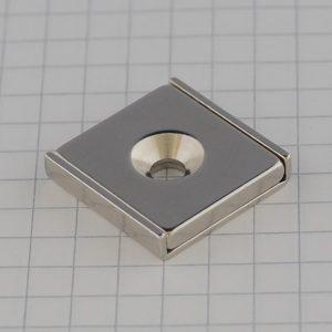 Magnet v   puzdre s dierou pre skrutku 20x20x4 mm