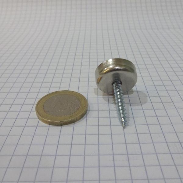 Magnet v   puzdre s dierou pre skrutku 20x6 mm