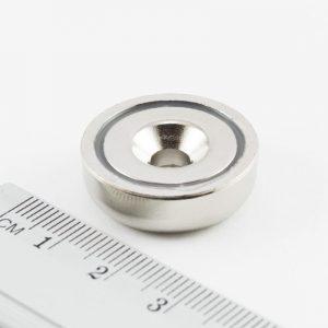 Magnet   v puzdre s dierou pre skrutku 25x8 mm