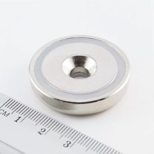 Magnet   v puzdre s dierou pre skrutku 36x8 mm