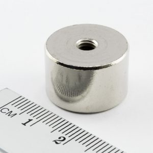 Magnet   v puzdre s vnútorným závitom 20x13 mm