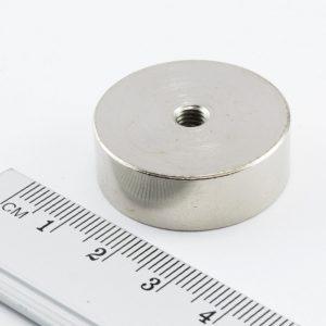 Magnet   v puzdre s vnútorným závitom 29x10 mm