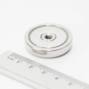 Magnet   v puzdre so závitom cez celý magnet 32x8 mm