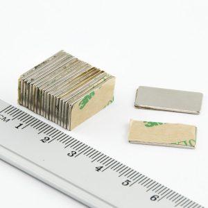 Neodýmový   magnet kváder 20x10x1 mm so samolepkou (južný pól na strane bez samolepky) -   N38