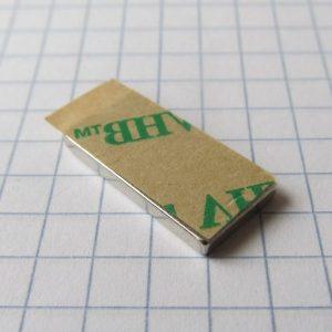 Neodýmový magnet kváder 20x10x2 mm so samolepkou (severný pól na strane bez samolepky) - N38