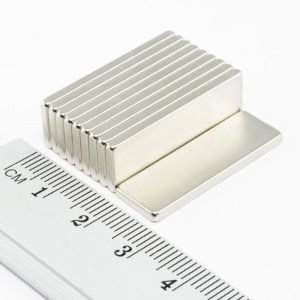 Neodýmový   magnet kváder 30x10x1,5 mm -N38