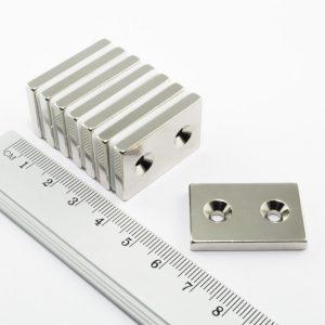 Neodýmový   magnet kváder 30x20x4 mm s 2 dierami (severný pól na strane s priehlbinami) -   N38