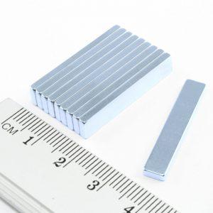 Neodýmový magnet kváder 30x5x2 mm Zn - N35