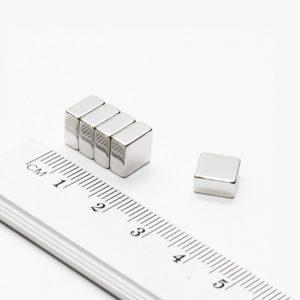 Neodýmový magnet kváder 8x8x4 mm - N38