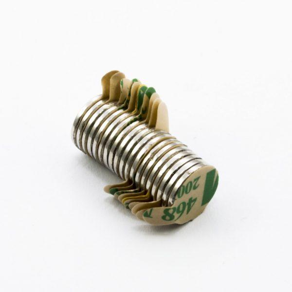 Neodýmový   magnet valec 10x1 mm so samolepkou (južný pól na strane bez samolepky) - N38