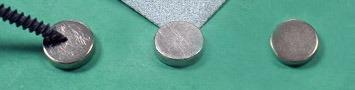 Zdrsnené magnety pred aplikáciou lepidla
